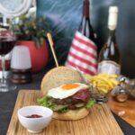 ŞEFİN BURGERİ Haburger ızgara, üzerine 2 parça sosis ızgara üzerine sarısı patlamamış yumurta, marul domates ve turşu , yanında patates cipsi ve sweet chili sos